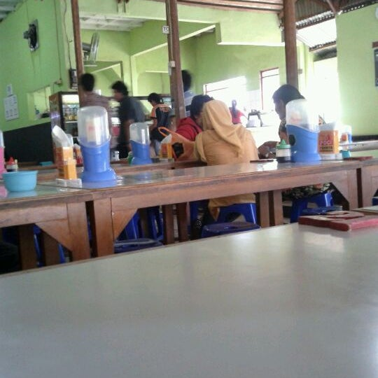 Photo taken at Warung Penyet Lesehan Mas Pur 3 by Syaiful F. on 3/22/2012