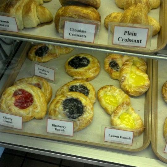Foto tirada no(a) Daniel's Bakery por Jack G. em 5/18/2012