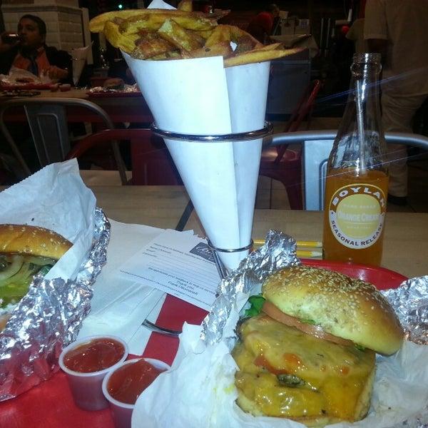 Foto tomada en F. Ottomanelli Burgers and Belgian Fries por Ana M. el 12/4/2013