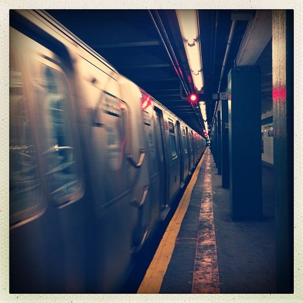 Photo taken at MTA Subway - Carroll St (F/G) by rob z. on 12/7/2012