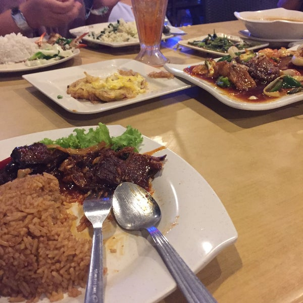 Photo taken at Malee Classic Seafood by Syasya S. on 10/9/2015