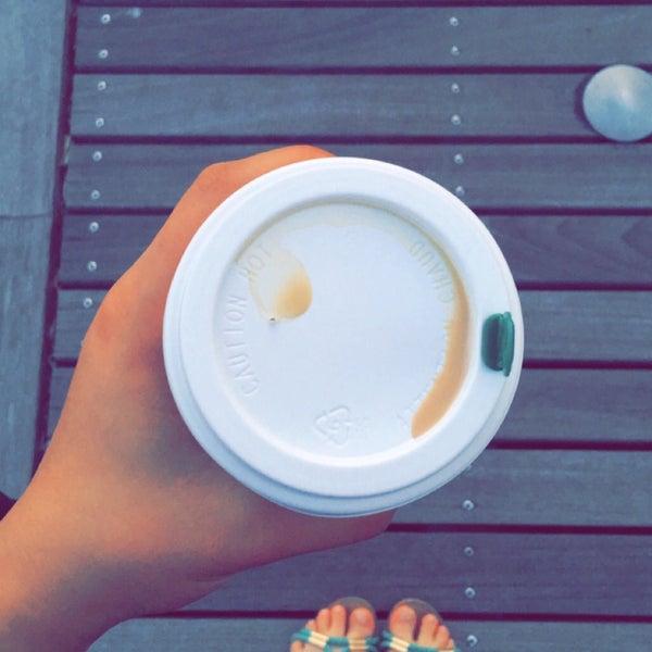 รูปภาพถ่ายที่ Starbucks โดย Abby เมื่อ 9/1/2016