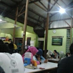 Photo taken at Warung Penyet Lesehan Mas Pur 3 by Maulana K. on 9/22/2012
