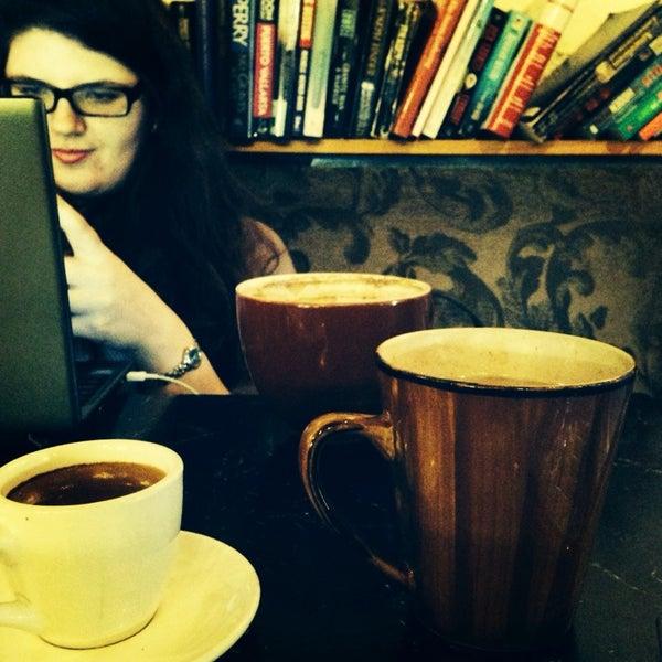 Foto tirada no(a) Crestwood Coffee Co. por Beth S. em 2/10/2014