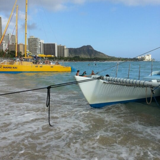 Photo taken at Duke's Waikiki by tae k. on 4/8/2013