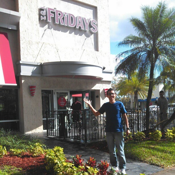 Photo taken at TGI Fridays by Lucas R. on 2/1/2013