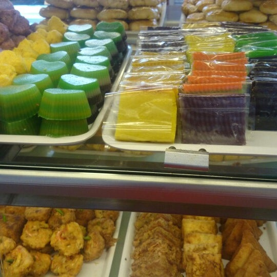 Photo taken at Mawar Bakery and Cake Shop by Yenie A. on 1/22/2015