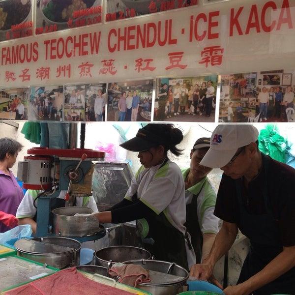 Photo taken at Penang Road Famous Teochew Chendul (Tan) by Tan W. on 8/25/2013