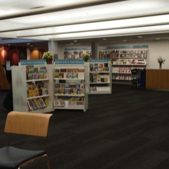 12/27/2013에 Kathy R.님이 Niles Public Library District에서 찍은 사진