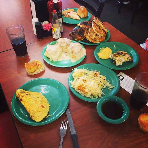 Photo taken at Golden Corral by Josh O. on 9/14/2014