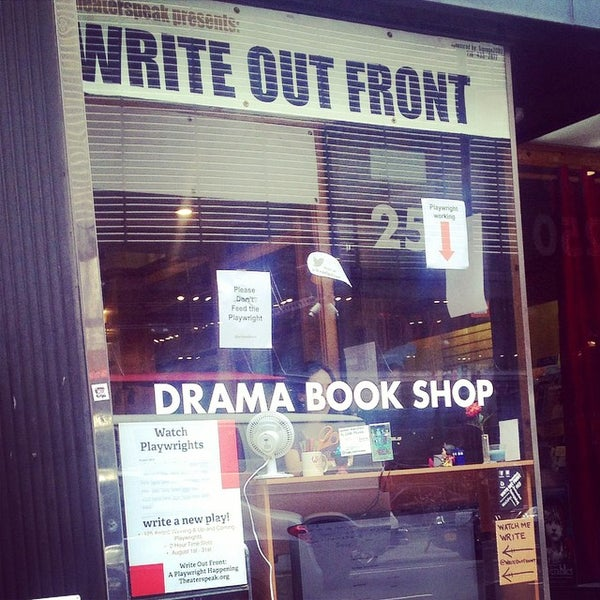 Foto tomada en Drama Book Shop por Logan K. Y. el 9/4/2014