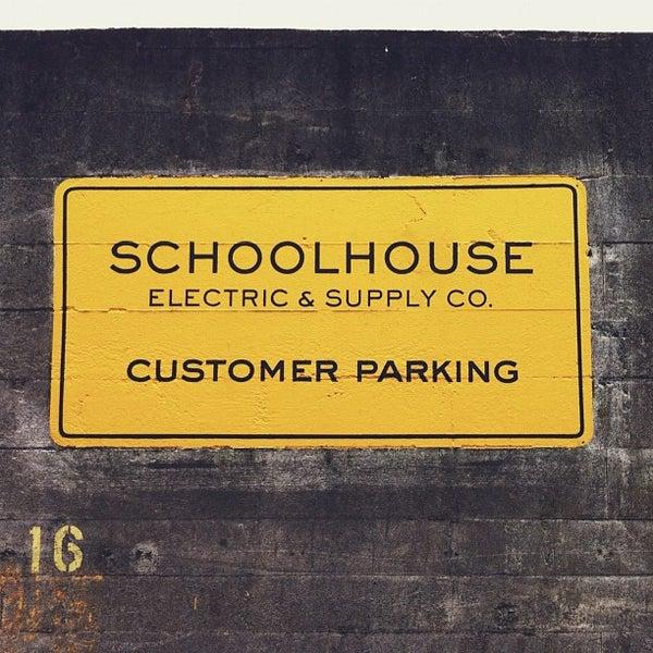 11/10/2012 tarihinde Jeff W.ziyaretçi tarafından Schoolhouse Electric & Supply Co.'de çekilen fotoğraf