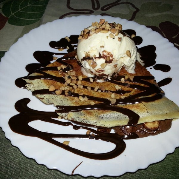 Photo taken at Bercy Village - Crepes e Saladas by Queridyna on 4/27/2013