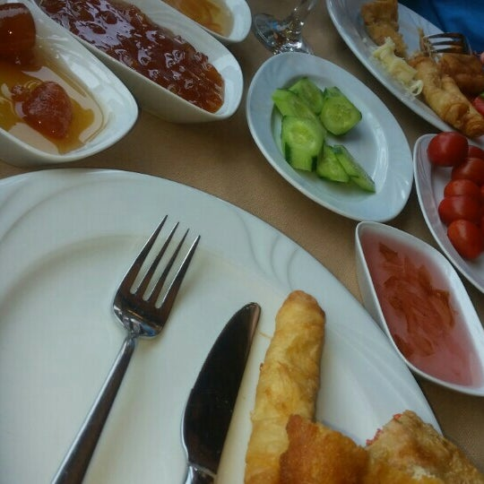 Photo taken at Körfez Aşiyan Restaurant by Beyza Y. on 9/6/2015