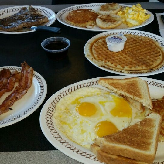Photo taken at Waffle House by Tess on 11/8/2015