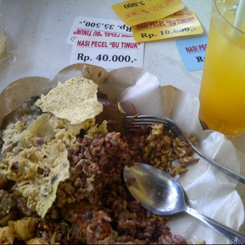 Photo taken at Nasi Pecel Bu Tinuk by Kojek on 5/4/2015