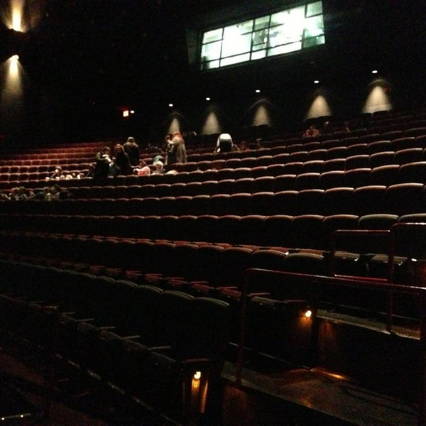Снимок сделан в AMC Loews Lincoln Square 13 пользователем Mandy M. 1/5/2013