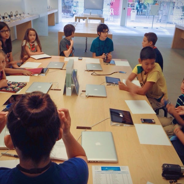 Photo taken at Apple La Cantera by Oscar T. on 7/29/2013