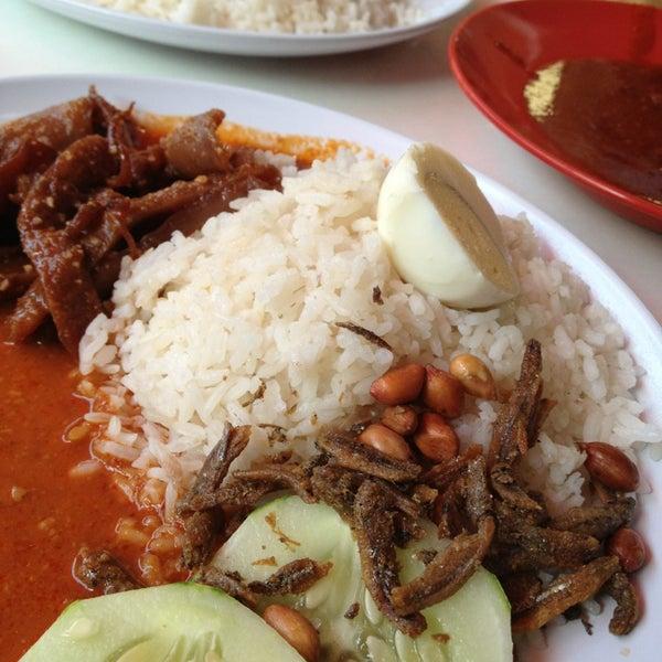 Photo taken at Nasi Lemak Cikgu by Suhaimi N. on 12/30/2012