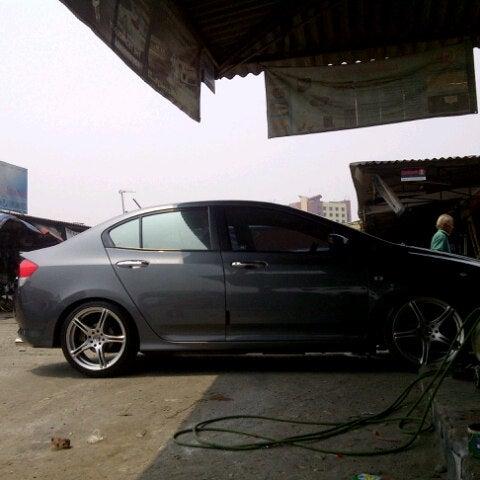 Photo taken at Pasar Mobil Kemayoran by Onov S. on 9/15/2012