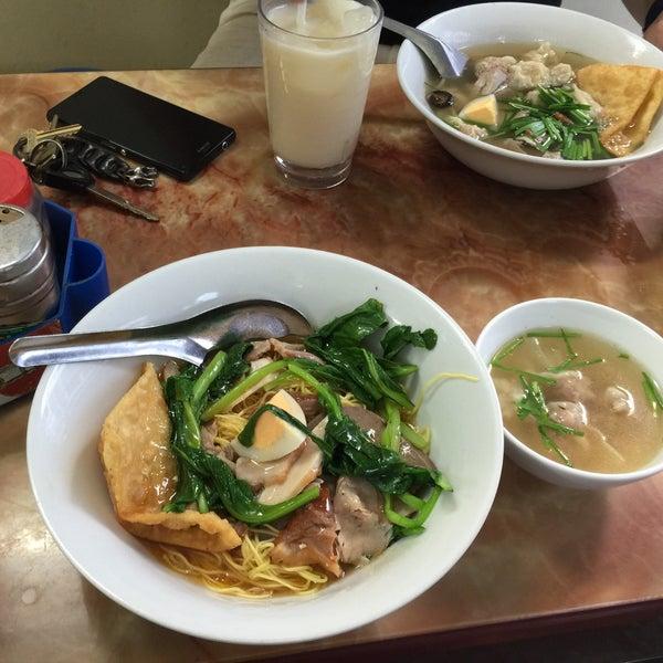 Photo taken at Mì Vằn Thắn Đinh Liệt by 5 B. on 7/12/2015