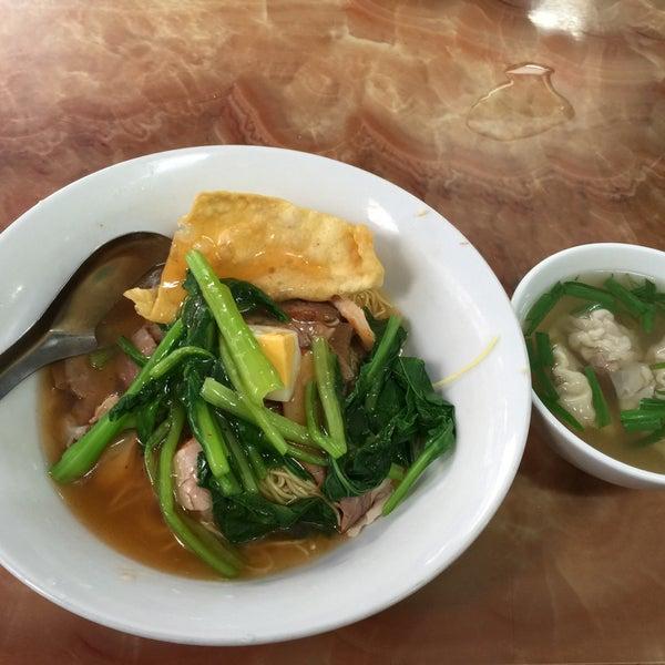 Photo taken at Mì Vằn Thắn Đinh Liệt by 5 B. on 1/18/2015