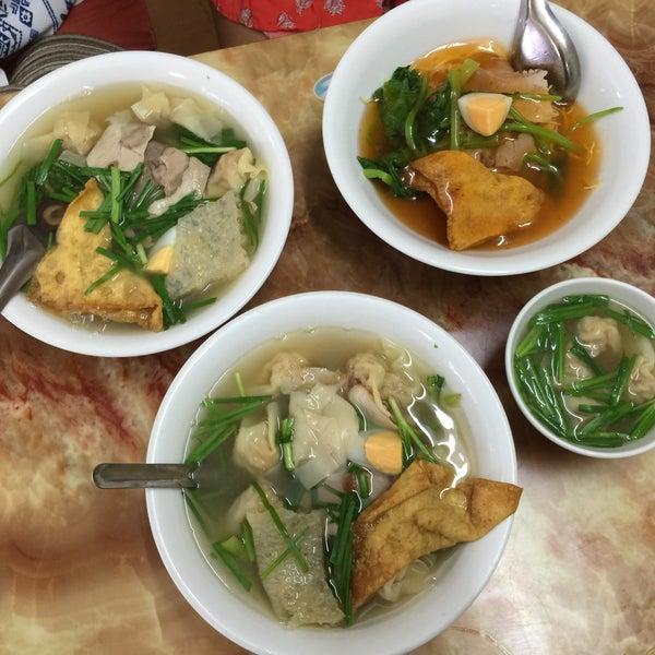 Photo taken at Mì Vằn Thắn Đinh Liệt by 5 B. on 9/28/2016