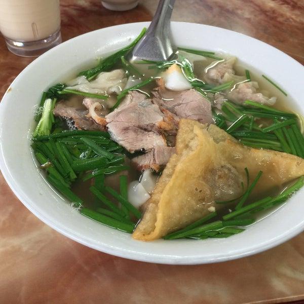 Photo taken at Mì Vằn Thắn Đinh Liệt by 5 B. on 7/26/2015