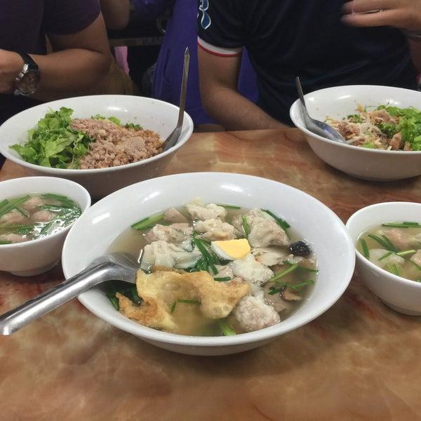 Photo taken at Mì Vằn Thắn Đinh Liệt by 5 B. on 4/30/2015