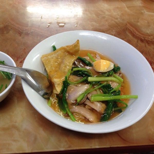 Photo taken at Mì Vằn Thắn Đinh Liệt by 5 B. on 9/27/2014