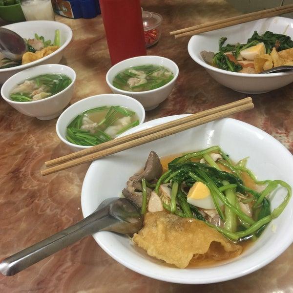 Photo taken at Mì Vằn Thắn Đinh Liệt by 5 B. on 8/7/2016