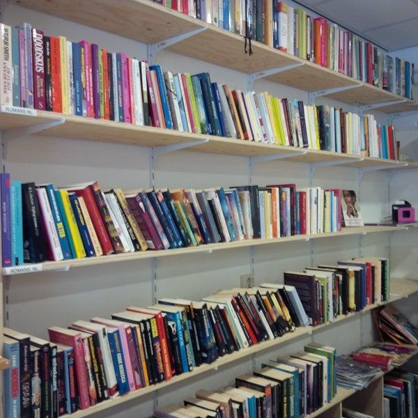 Op zoek naar een goed vakantieboek? Kom dan de uitgebreide boekencollectie in de winkel eens bekijken! Van oude klassiekers tot moderne literatuur, er zit gegarandeerd iets bij!