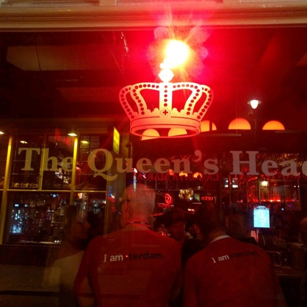 Photo taken at The Queen's Head by Laurence B. on 10/15/2016