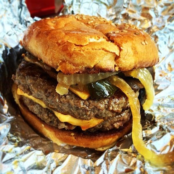 Foto tomada en F. Ottomanelli Burgers and Belgian Fries por Jessica L. el 5/18/2014