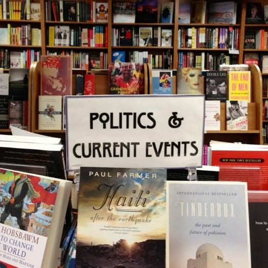 Foto tirada no(a) Politics & Prose Bookstore por Theodore K. em 12/2/2012