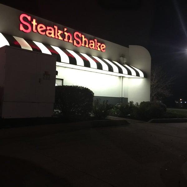 Photo taken at Steak 'n Shake by 💕Riccia💞 on 10/24/2016