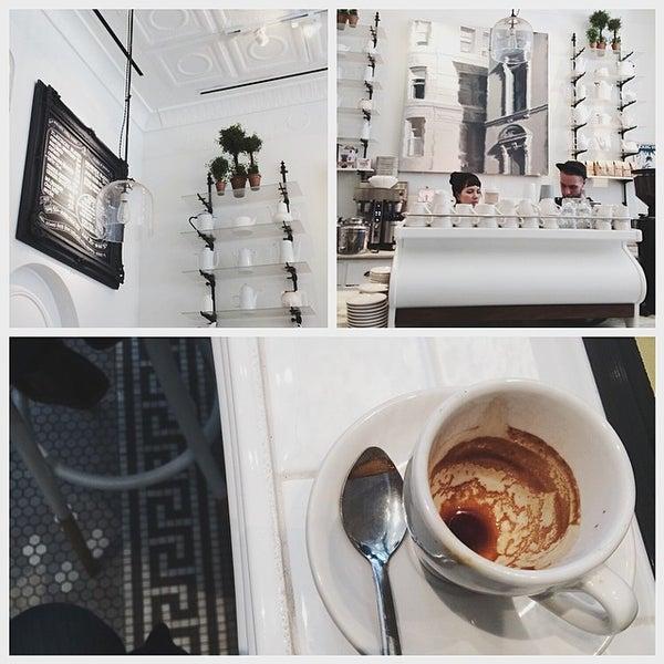 Foto scattata a Toby's Estate Coffee da may il 4/9/2014