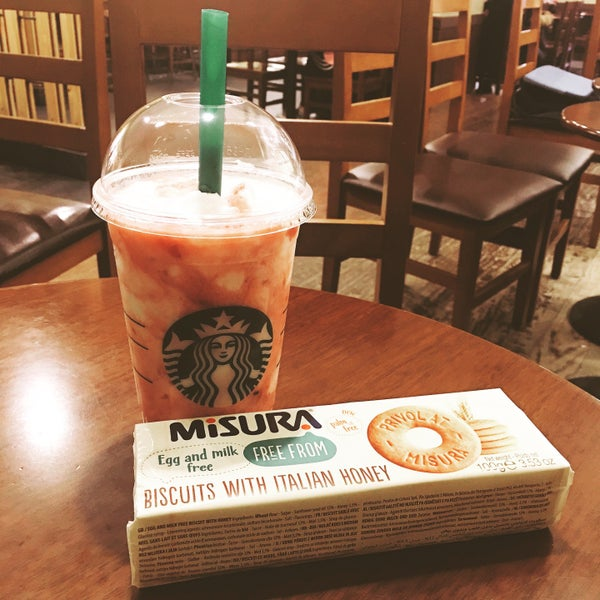 Photo taken at Starbucks by Jung Won H. on 2/24/2017