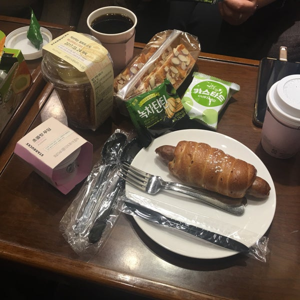 Photo taken at Starbucks by Jung Won H. on 3/24/2017