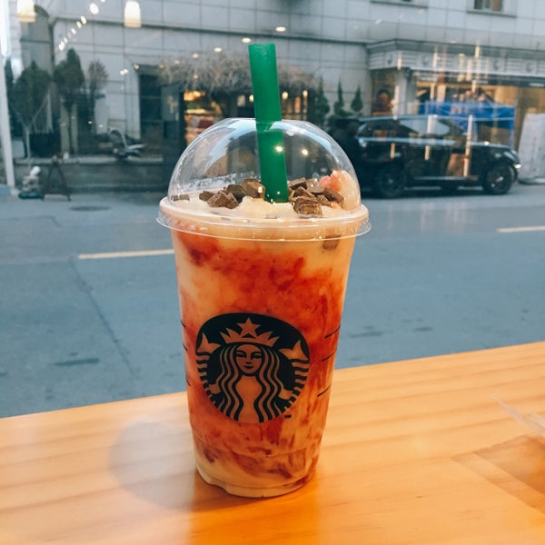 Photo taken at Starbucks by Jung Won H. on 2/28/2017