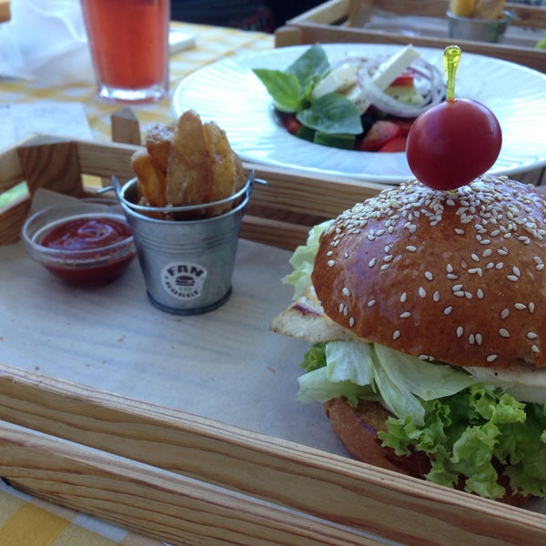 Foto tomada en Fan Burger Bar por Lena F. el 7/23/2015