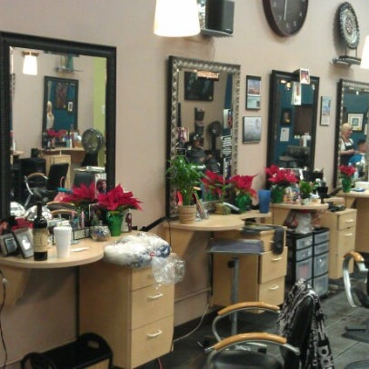 Photo taken at Split Endz Hair and Nails by Jeffrey Trent K. on 12/7/2012
