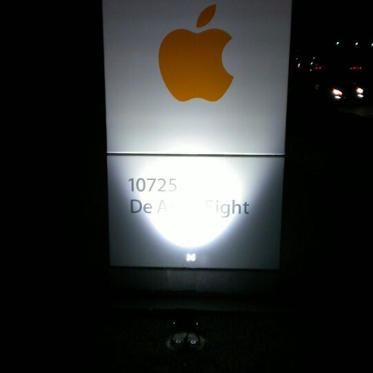 Photo taken at Apple Inc. by Vladimir U. on 3/29/2013