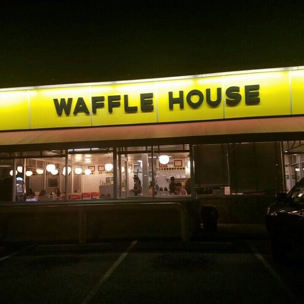 Photo taken at Waffle House by Vee M. on 7/25/2016