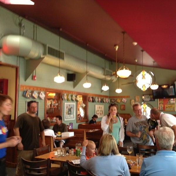 Снимок сделан в Annie's Cafe & Bar пользователем Garland T. 7/27/2013