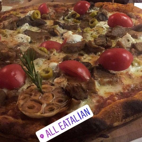 Pizzalar harika, ozellikle kremali ozel soslu tavuk denenmeli.. nefis.. guleryuzlu calisanlari ile keyifli bir mekan :)