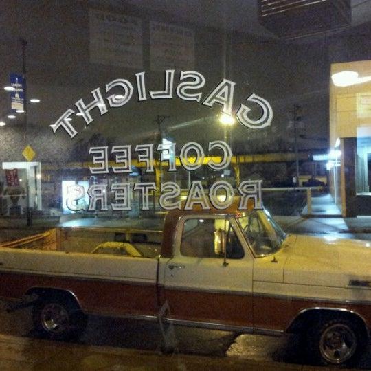 Foto tomada en Gaslight Coffee Roasters por Bobby E. el 12/16/2012