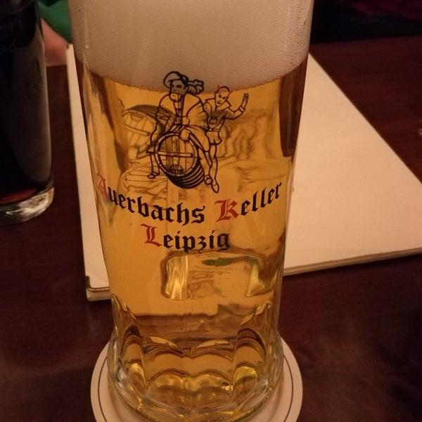 Historisches Restaurant mit deutscher Küche. Es empfiehlt sich, vorher einen Tisch zu reservieren.