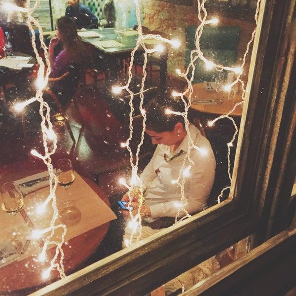 Клевый бар для романтического свидания с охуенной девушкой, сомелье, винчик, вот это всё.