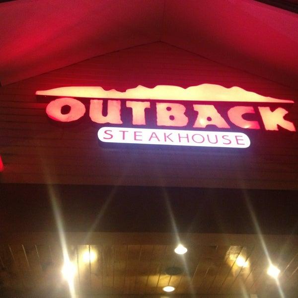 Foto tirada no(a) Outback Steakhouse por Raphael B. em 3/29/2013